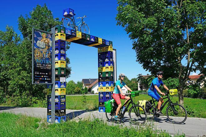 Das Portal aus Bierkästen markiert den Startpunkt des Bier-Radl-Weges.