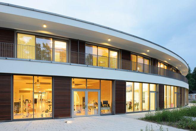Hochmoderne Rehabilitationsarchitektur: Das Reha-Zentrum liegt direkt am Waldrand und beherbergt großzügige Therapieräume, moderne Appartements, einen ergotherapeutischen Kräutergarten und einen Parcours für Rollstühle.