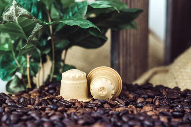 Beim Kaffee am Morgen kann man Holz- statt Alukapseln verwenden.