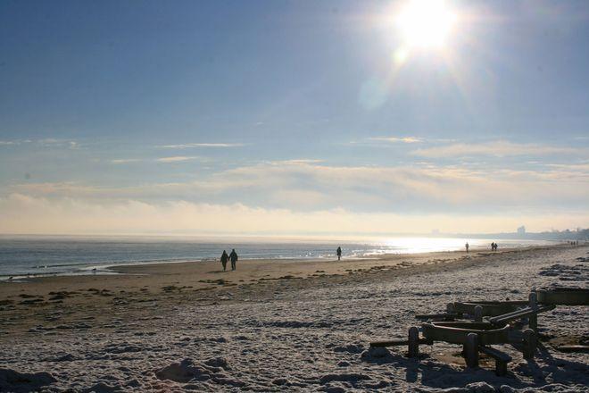 Der Ostseestrand in der Lübecker Bucht liegt in der kalten Jahreszeit weit und frei vor einem, nach dem Spaziergang fühlt sich alles ein bisschen leichter an.