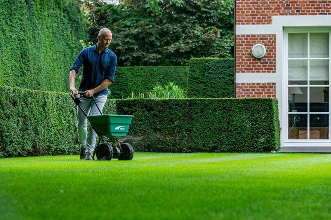 Der ideale Start in die Gartensaison: Für die warme Jahreszeit braucht der Rasen die passenden Pflegeeinheiten.