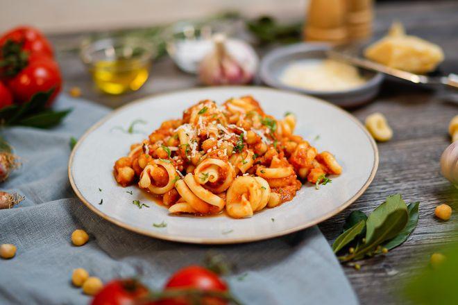Frische Kräuter, milder Knoblauch, aromatische Tomaten und Olivenöl geben der Pasta e Ceci die mediterrane Note.