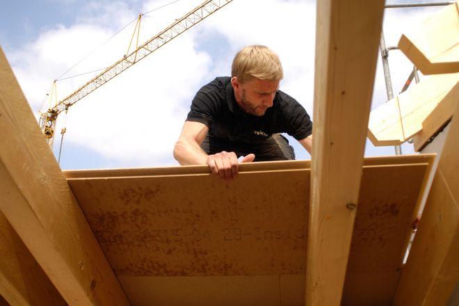 Eine Dämmung mit Holzfasermaterialien ist nicht nur ökologisch sinnvoll - sie zahlt sich vor allem an heißen Sommertagen als Hitzeschutz aus.