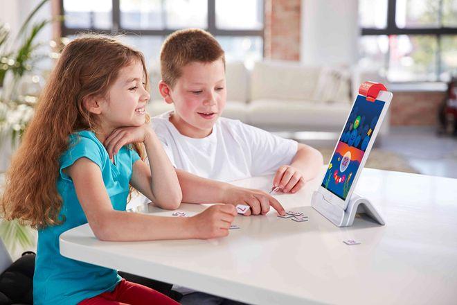 Selbstbestimmt lernen - Spielsteine und Bewegungen des Kindes erwachen auf dem Tablet zum Leben.