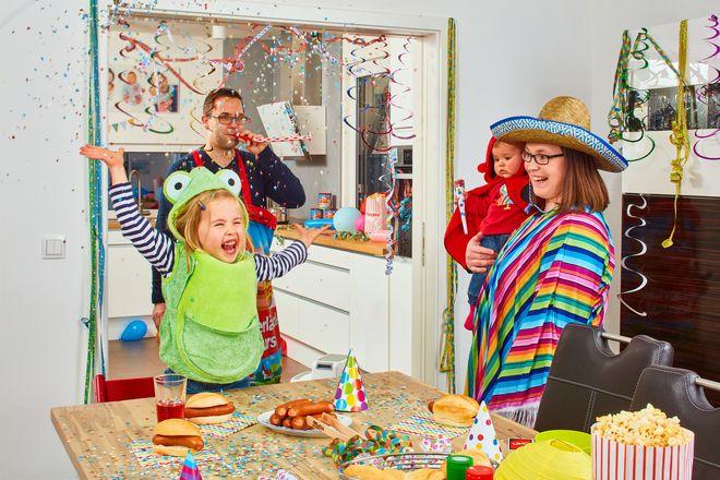 Im Familienkreis darf auch 2021 mit Spaß und Fantasie ein bisschen Karneval gefeiert werden.