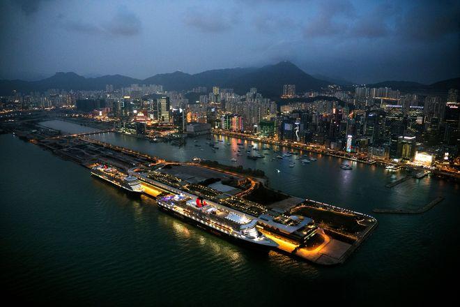 Hongkong bei Nacht: Die chinesische Sonderverwaltungszone zählt zu den Metropolen, die der Ocean Liner Queen Mary 2 bei seiner großen Weltentdeckerreise ansteuern wird.