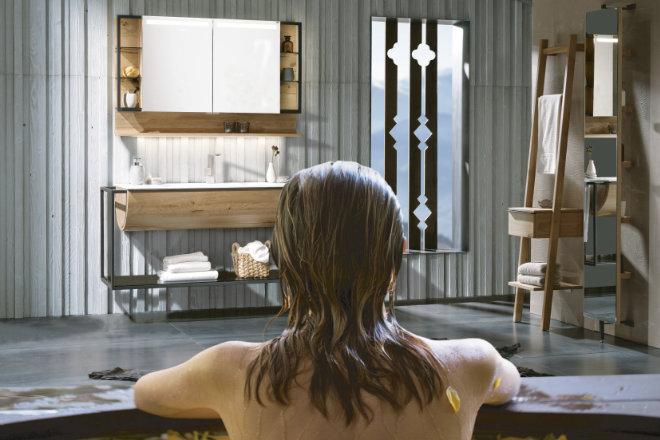 Wellness wie in den Alpen: Hochwertige Naturhölzer verleihen dem Badezimmer eine individuelle und naturnahe Atmosphäre.