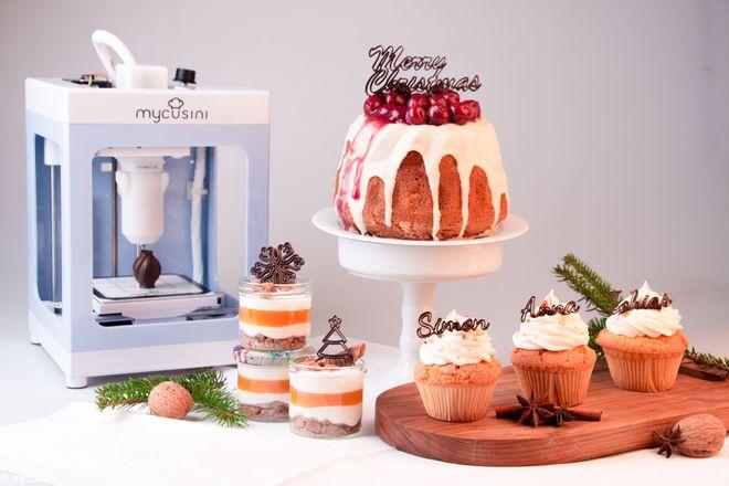 Mit dem 3D-Schokoladendrucker kann man wie ein Profi-Patissier filigrane Schokoladen-Motive kreieren und damit Desserts, Cupcakes, Muffins und Co verzieren.