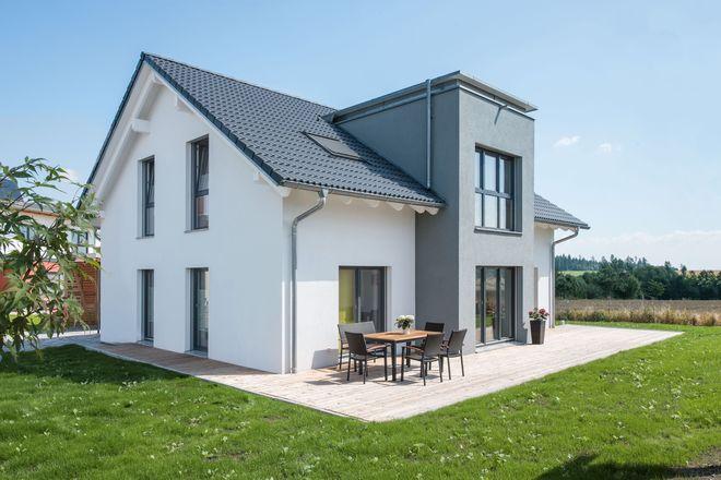 Moderne Fertighäuser können individuell geplant werden und bieten ein gesundes Wohnumfeld.