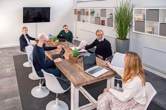 Die Buchung des Konferenzraumes in der iKantine macht Meetings mit Kollegen jederzeit möglich.