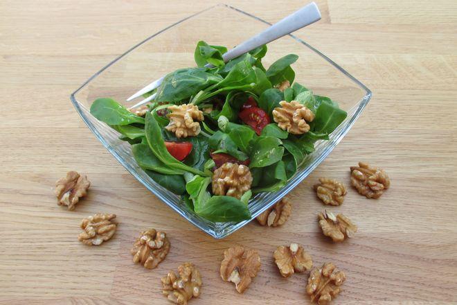 Pur und roh sind Walnüsse am nährstoffreichsten. So kann man sie beispielsweise über das Müsli oder den Salat streuen.