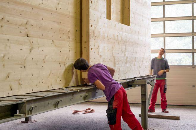 Wenn Holzhäuser in umweltfreundlichen Produktionsanlagen hergestellt werden, spart man sehr viel CO2 ein.