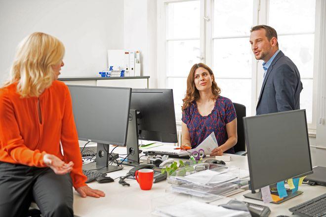 Viele Menschen mit MS nehmen aktiv am Arbeitsleben teil. Wenn Probleme auftreten, hilft oft offene Kommunikation.