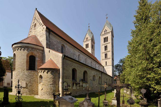 Altehrwürdig und zugleich romantisch: Friedhof und Basilika St. Peter.