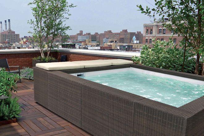 Ein Lounge-Pool macht aus einer Dachterrasse ein privates Luxus-Spa.