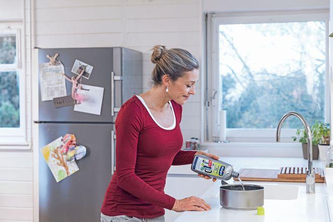 An Entkalkungsmittel werden hohe Anforderungen gestellt: Sie dürfen Oberflächen nicht angreifen, müssen aber stark genug sein, um Kalk rückstandslos zu entfernen. Für die Küche besonders wichtig: Der Entkalker muss lebensmittelsicher sein.