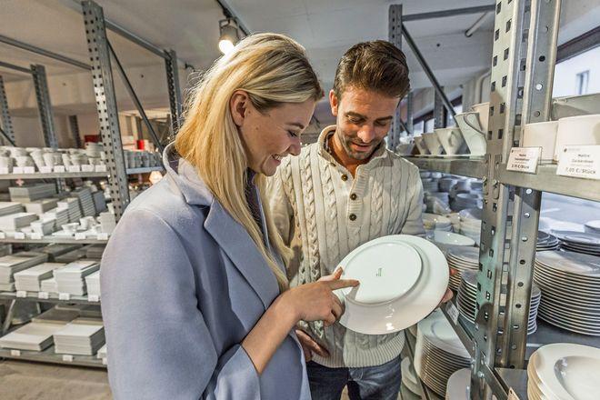 """Woher stammt das Porzellan? Der prüfende Blick auf die Unterseite von Tellern und Tassen wird auch """"Weidener Griff"""" genannt."""