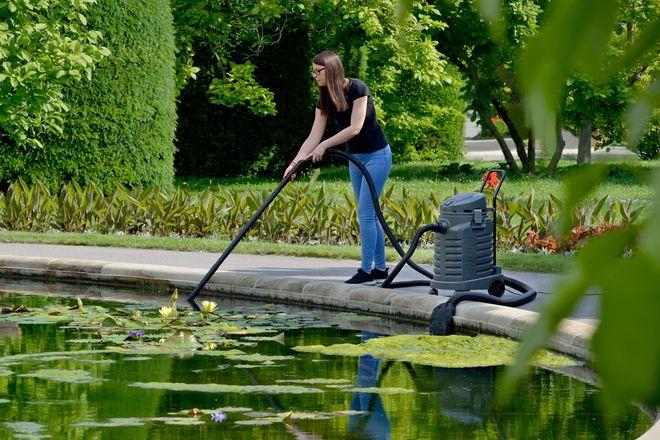 Neben einem gut aufeinander abgestimmten Pumpen- und Filtersystem kann auch ein Schlammabsauger für klares Wasser im Gartenteich sorgen.