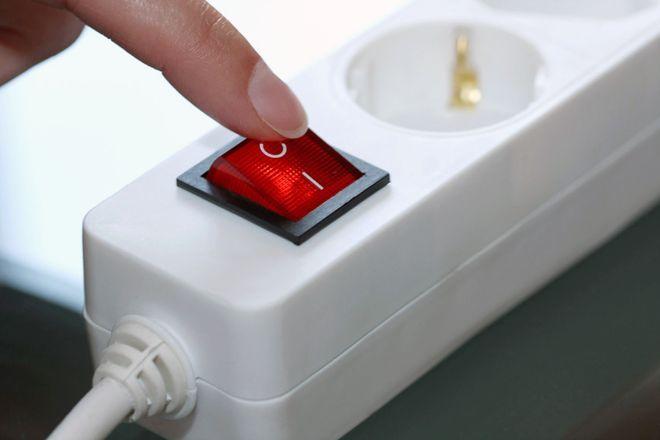 Viele Elektrogeräte verbrauchen auch im Leerlauf Strom. Dagegen hilft nur das komplette Abschalten. Ganz einfach funktioniert dies über Steckdosenleisten.