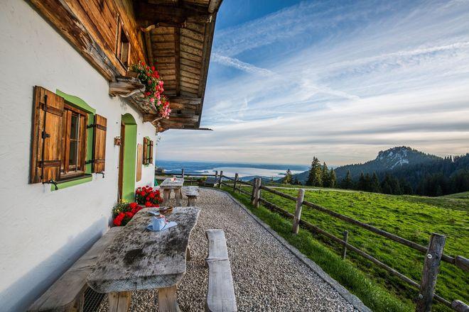 Die Piesenhausener Hochalm ist eine der zahlreichen bewirtschafteten und aussichtsreichen Almen in den Chiemgauer Alpen.