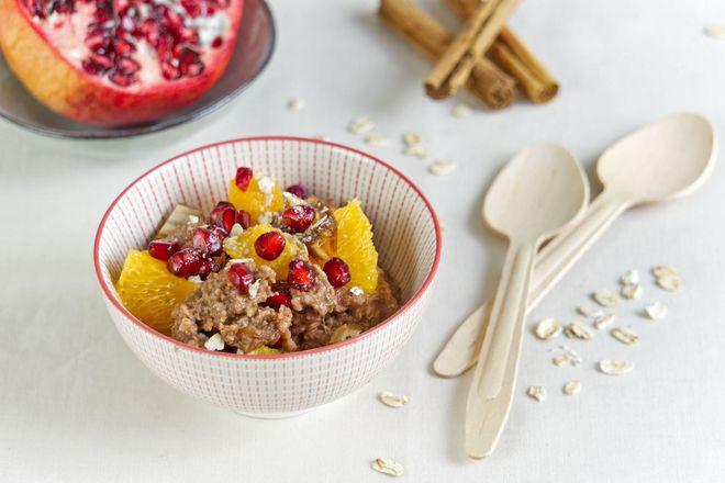 Lecker und wohltuend in der kalten Jahreszeit: ein warmer Schoko-Zimt-Porridge mit Orangen und Granatapfel.