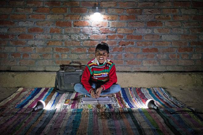 Mithilfe der Solarlampe kann Kalpana nun auch abends Hausaufgaben machen oder mit ihren Geschwistern spielen.