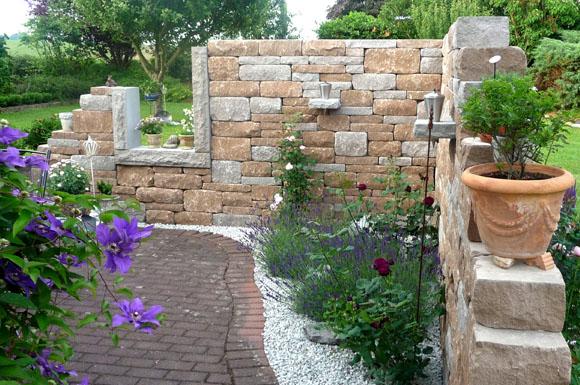 mit betonsteinen kann man terrasse wege und einfahrten nach belieben gestalten ratgeberbox. Black Bedroom Furniture Sets. Home Design Ideas