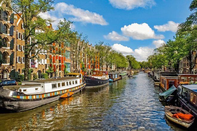 Kreuzfahrtgäste können in Amsterdam eine Grachtenfahrt buchen.