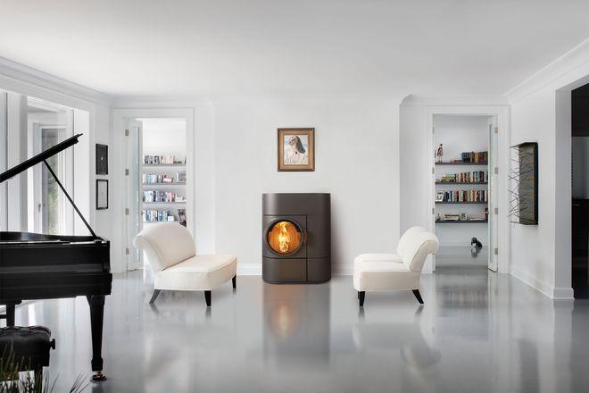 Klimafreundlicher Blickfang: Ein Pelletofen bringt Wärme wirtschaftlich, komfortabel und umweltschonend ins Haus.