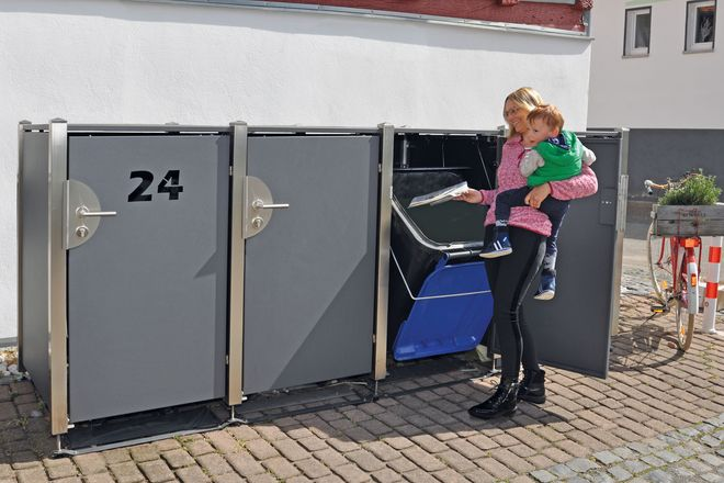Selten eine Hand frei? Dann ist es praktisch, wenn die Mülltonnenverkleidung über einen automatischen Innendeckel und eine gesicherte Kippfunktion verfügt.