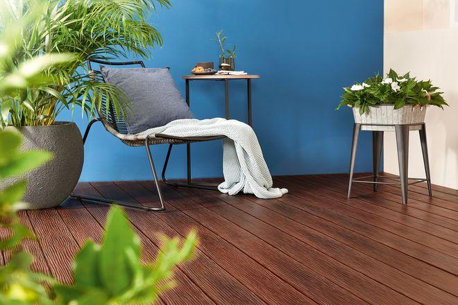 Ob braun oder eine andere Farbe, ob Holz- oder Natursteinoptik: Terrassendielen gibt es in vielen Variationen.