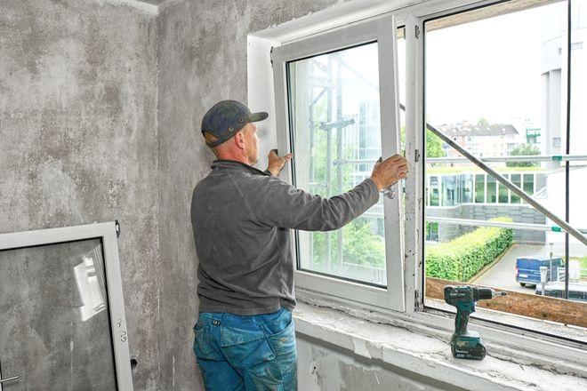 Alte Kunststofffenster werden ausgebaut und durch Modelle mit Recycling-Anteilen ersetzt.