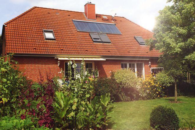 Solarthermie: Die ökologische Energiegewinnung aus der Sonnenkraft macht Eigenheimbesitzer in der warmen Jahreszeit autark von externen Energieversorgern.