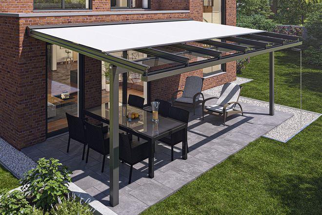 Glasdächer mit integrierter Markise bieten kombinierten Regen- und Sonnenschutz und lassen sich ohne großen baulichen Aufwand errichten.