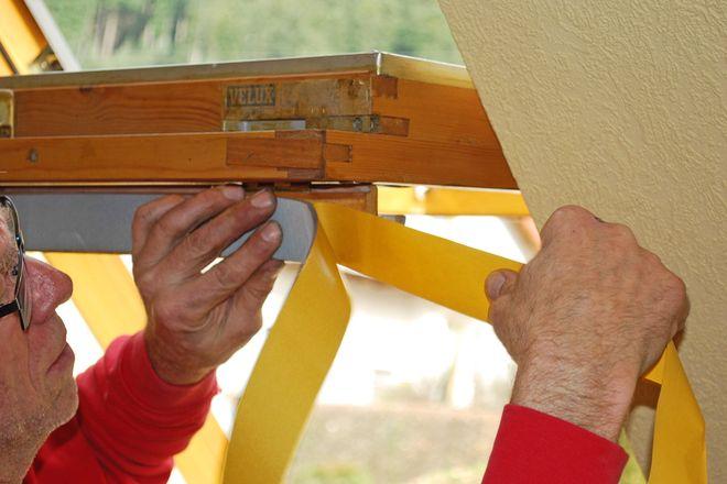 Im Rahmen der Sanierungsmaßnahme erhält das Dachfenster ein neues Dichtband.