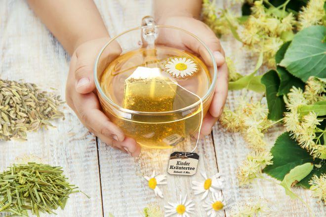 Lindenblüten, Kamille, Zitronengras, Fenchel und Anis sorgen beim Kräutertee für einen aromatisch-milden und zugleich erfrischenden Geschmack.