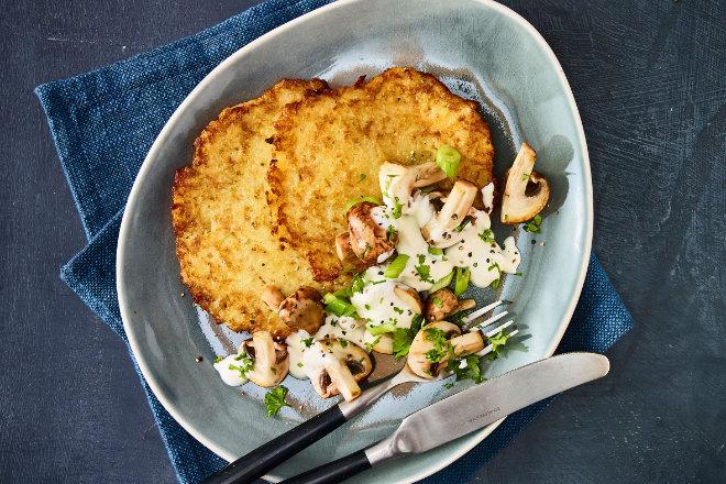 Die Reibekuchen mit Pilzschmand sind schnell zubereitet und schmecken lecker.