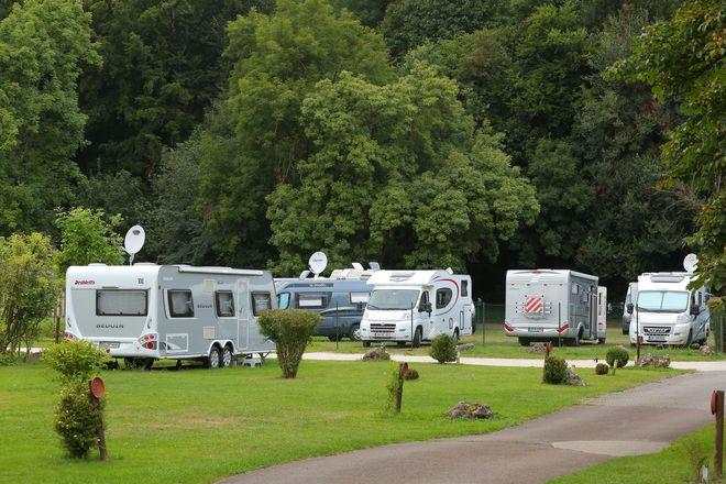Der Campingplatz Ellwangen liegt inmitten der Natur und direkt am Fluss Jagst - dennoch nur zehn Gehminuten von der Innenstadt entfernt.