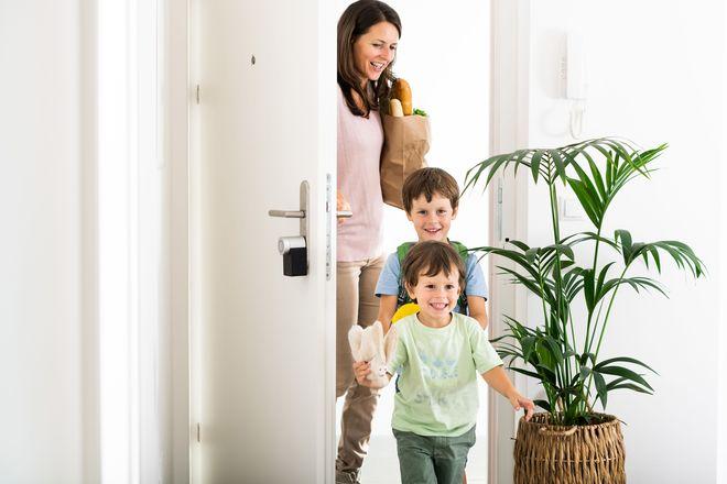 Das smarte Türschloss erkennt, wann der Hausbesitzer ankommt und sperrt die Tür auf, sodass die langwierige Suche nach dem Schlüssel entfällt.