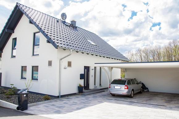 tankstelle und garage in einem mit einem solardach auf dem carport in die elektromobilit t. Black Bedroom Furniture Sets. Home Design Ideas
