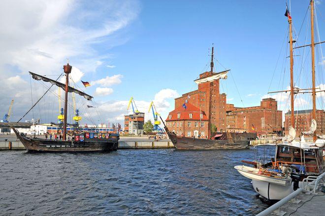 """Die historischen Koggen liegen vor dem """"Baumhaus"""", einem maritimen Traditionszentrum in Wismar."""